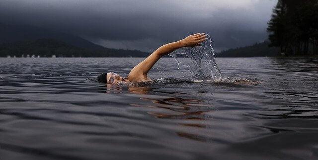 Nainen ui jarvessa